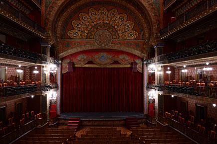 Z7 ve NIKKOR Z 24-70mm f / 4 S lens ile çekilen alçak ışıkta tiyatro fotoğrafı