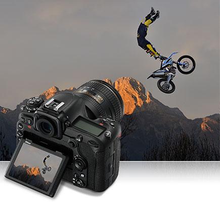 Fotografia da D500 de um piloto de motocross no ar com a D500 e a mesma foto na tela LCD da câmera