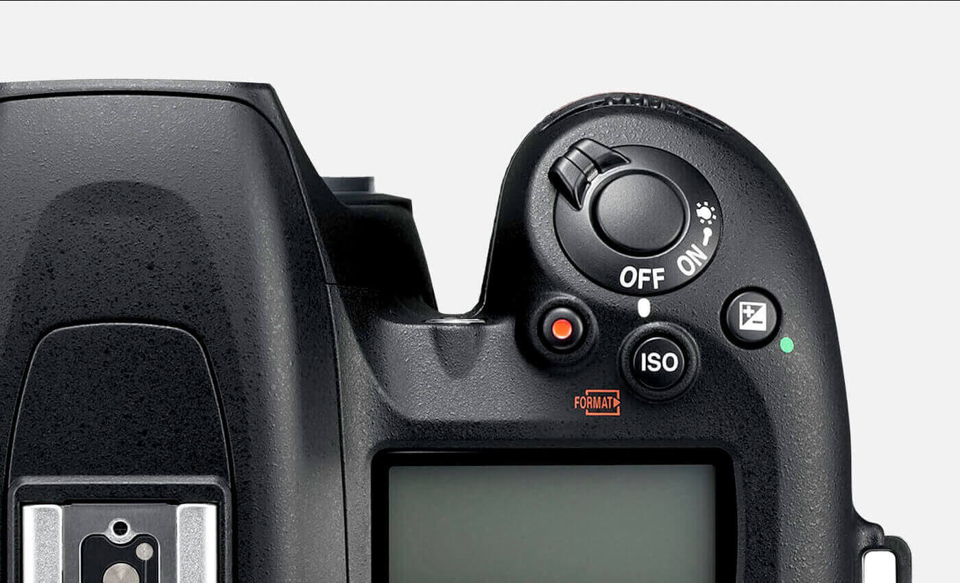 primer plano de la empuñadura y de los controles (activado/desactivado) de la D7500