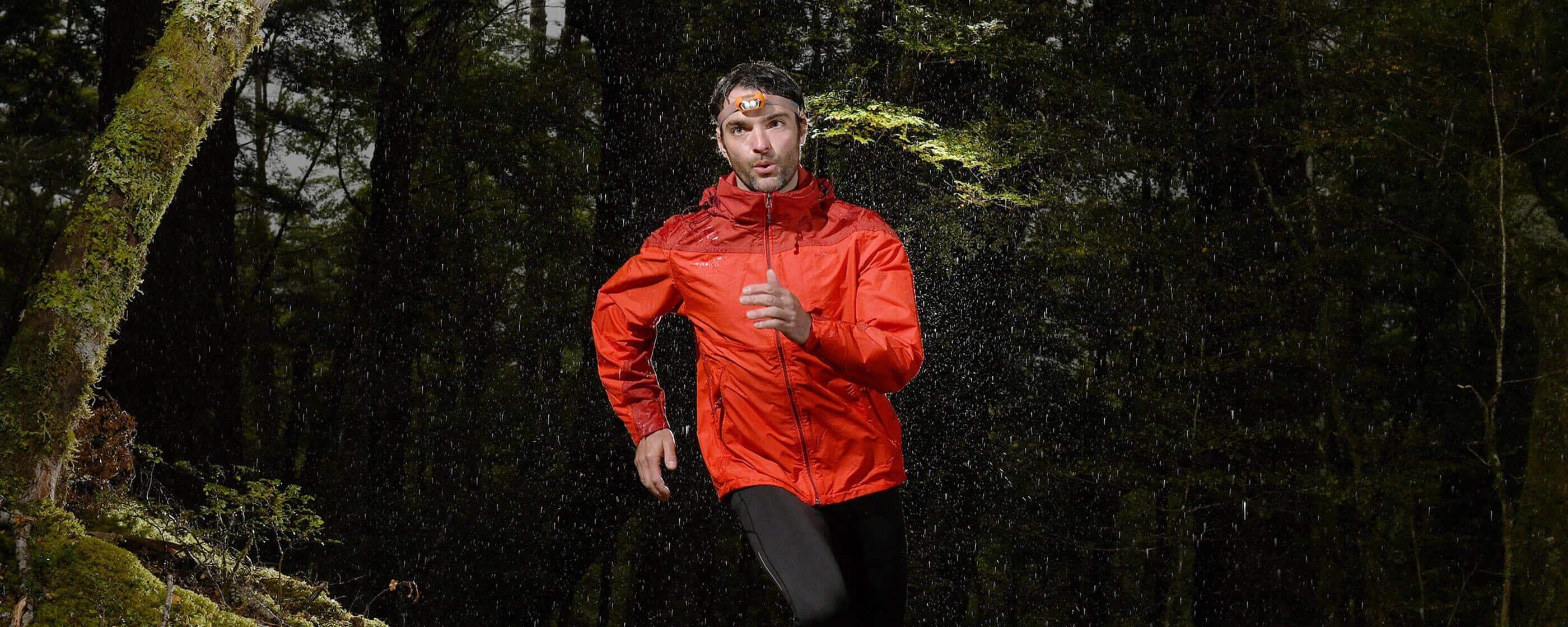 Foto de un hombre corriendo en el bosque tomada con una D7500