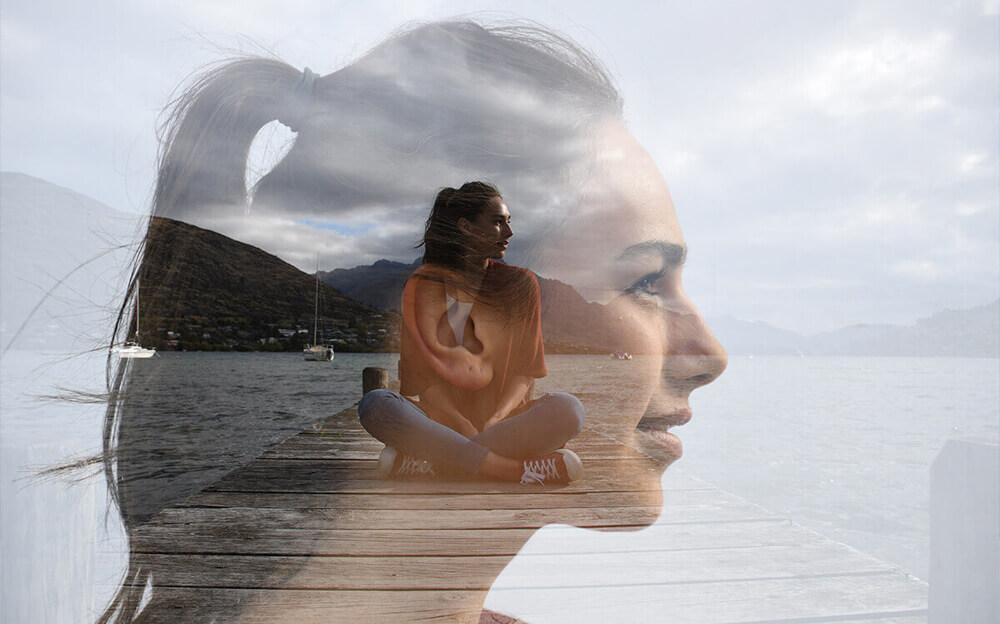Foto de exposición múltiple de una mujer sentada en un muelle y primer plano de su perfil