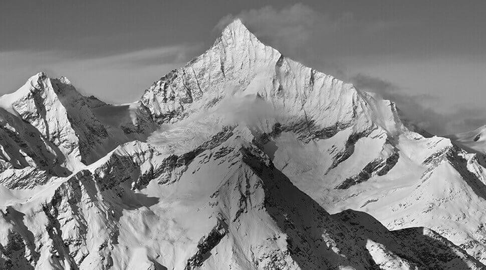 Foto ByN de montañas tomada con el Control de Imagen Monocromo