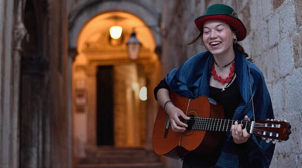 Foto de una mujer tocando la guitarra tomada con el Control de Imagen Estándar