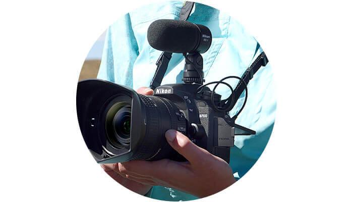 foto de una chica sosteniendo una D7500 con un micrófono ME-1 colocado