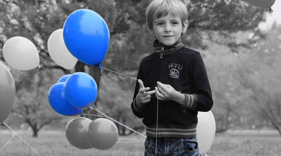 Modo de efectos especiales (color selectivo): un niño en colores monocromáticos y el color selectivo en azul
