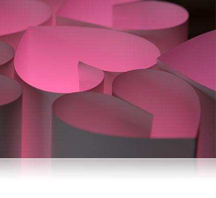 φωτογραφία από χάρτινες καρδιές, φωτισμένες από κάτω με ροζ τζελ και φωτίζονται από το SB700