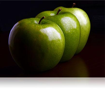 Φωτογραφία τριών πράσινων μήλων που τραβήχτηκαν χρησιμοποιώντας τον φακό AF-S DX NIKKOR 18-105mm f / 3.5-5.6G ED VR