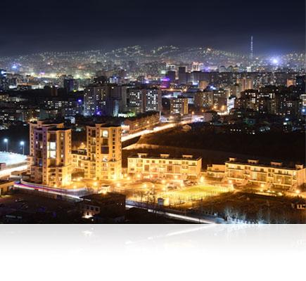 Night photo of a city, lit up, shot with the AF-S DX NIKKOR 16-80mm f/2.8-4E ED VR lens