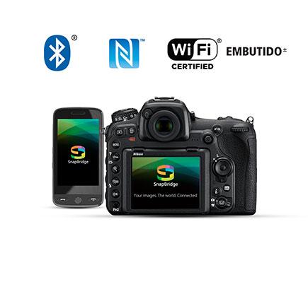 Fotografia da parte traseira da D500 e um smartphone com o logotipo do aplicativo SnapBridge na tela LCD, junto com os logotipos de Wi-Fi, NFC e Bluetooth