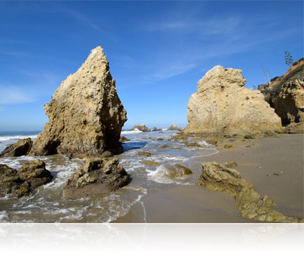 D5300 photo of a beach seascape of large rocks and waves at the shore
