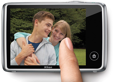 An image of a couple on the LCD of the COOLPIX S02, with a woman's finger swiping across the touchscreen