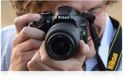 Fotografia de uma mulher segurando a Nikon HD-SLR D3200